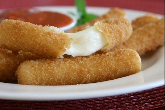 Bâtonnets de mozzarella panés puis frits, à servir en antipasti ou bien sûr dans une salade.