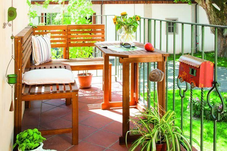 Mobilierul din lemn, chiar si pentru balcon, ramane mereu in trenduri. #decoratiuni #primavara #kikaromania #culoare #balcon #accesorii