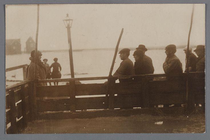 Koningin Wilhelmina bezoekt het eiland Marken. Watersnood 1916 #NoordHolland #Marken