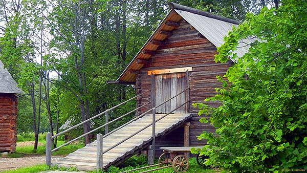 деревянный сарай