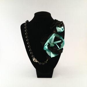 Naszyjnik wykonany ręcznie z czarnych onyksów i howlitu oraz satynowych kwiatów.