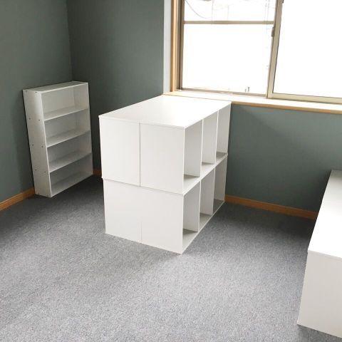 ホームセンターなどで安価に手に入るカラーボックス。 二階のセルフリフォームを進める中、カラーボックスをいくつか使い、収納場所を作ることにしました。 同じ数でも、組み合わせ方によって色々な使い方が出来るので、置き方をどうしようか、色々試してみました。