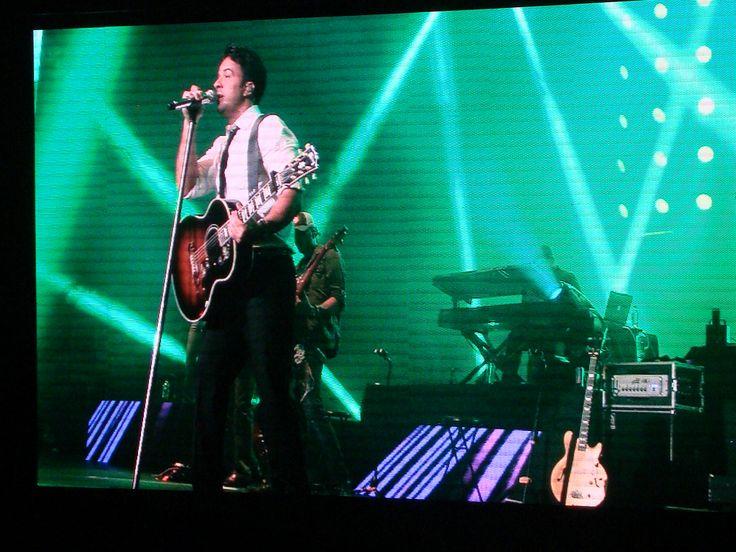 """Luis Fonsi cantando su exito """"Gritar"""" en el Movistar Arena (28/10/2014)"""