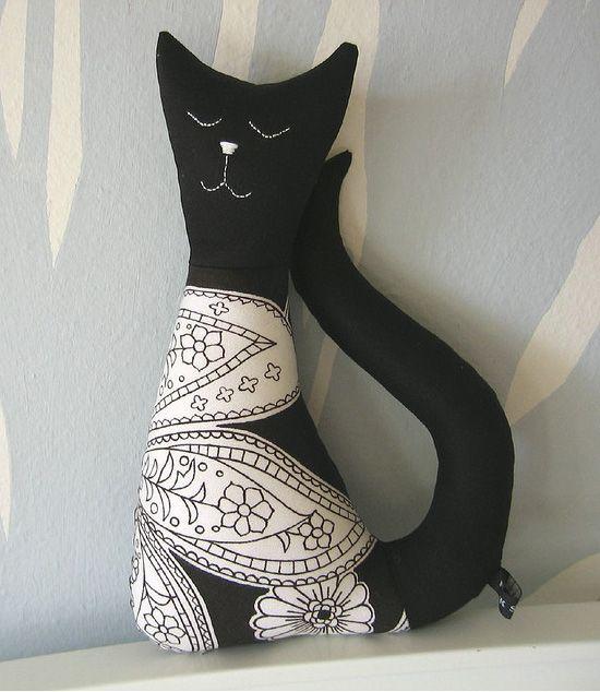 мягкая игрушка-подушка в виде кошки в подарок