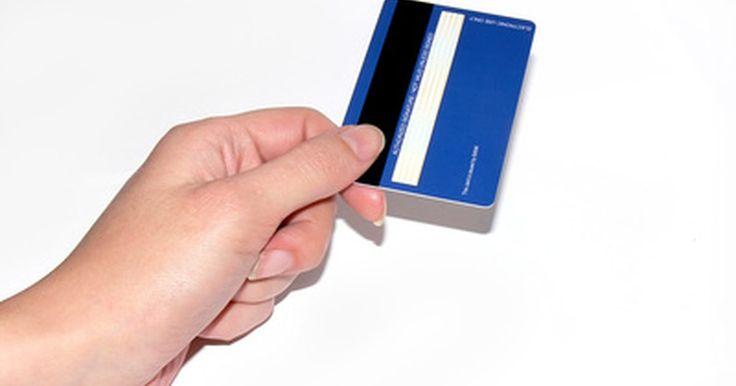 Qué hacer si una tarjeta de crédito no es leída por la terminal . El uso de la tarjeta de crédito ayuda a facilitar muchas transacciones al por menor. Si una tarjeta de crédito no es pasada correctamente por la terminal, hay pasos que puedes tomar como cajero para tratar de rectificar la situación y evitar perder una compra y hacer lento el proceso de pago.