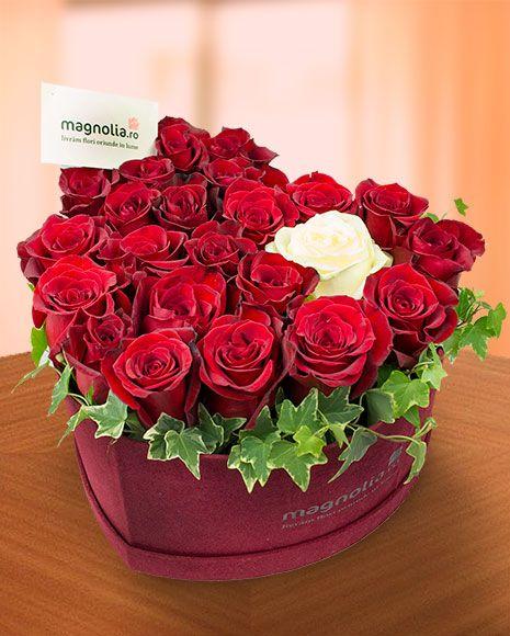 Cutie inimă cu trandafiri roşii. Un cadou perfect pentru a-ta arata dragostea