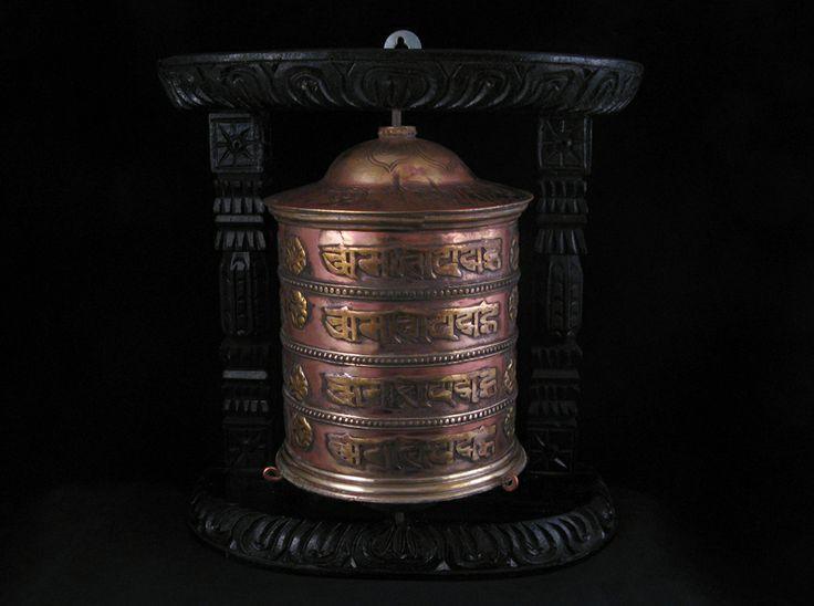 """Magnifique roue à prières tibétaine.  Le mantra bouddhiste Om Mani Padme Hum est inscrit sur la roue plusieurs fois. ---------------------------------------------- Tibetan Prayer Wheel with mantra """"Om Mani Padme Hum"""" written on it."""