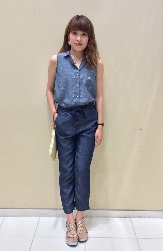 【名古屋栄店スタッフ注目コーデ】 シンプルなネイビーのワントーンコーデだからこそ小さめな刺繍で立体感を。リラックス感のある素材はシャツできっちり感もプラスして。 シャツ (Color:ブルー/¥5,900/ID:981166/着用サイズ:XXS) タンクトップ (Color:ホワイトボーダー/¥1,900/ID:960120/着用サイズ:XS) ボトムス (Color:ブルー/¥7,900/ID:962984/着用サイズ:XS) クラッチバック (Color:ベージュ×イエロー/¥2,900/ID:981388) その他:参考商品 スタッフ身長:163cm  ■オンラインストアはこちら http://www.gap.co.jp/browse/subDivision.do?cid=5643 ■名古屋栄店 http://loco.yahoo.co.jp/place/g-aJEmiVcUdc2/