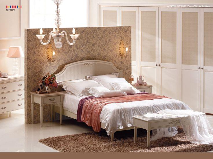 Romantische Engelse slaapkamer met kroonluchter. #roze #behang #bed