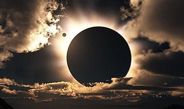 Uma mini lua orbitando nossa Lua? Objeto estranho aparece em foto durante eclipse solar total ~ Sempre Questione - Últimas noticias, Ufologia, Nova Ordem Mundial, Ciência, Religião e mais.