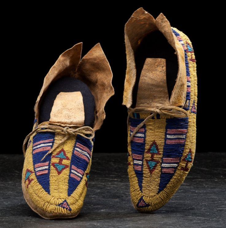 Мокасины, Южные Шайены. Вид один. Размер 10 дюймов.  Последняя четверть 19 века. Cowan's. 9/23/2016 – American Indian and Western Art.