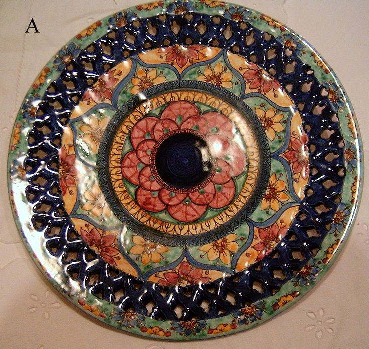 Piatto murale in ceramica,traforato e dipinto a mano decoro Geo/Floris. Diametro 32 cm, by ilciliegio, 120,00 € su misshobby.com