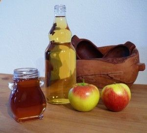 L'aceto di mele Per chi soffre di digestione un cucchiaino di aceto di mele a un bicchiere d' acqua, calda o fredda, e berlo durante i pasti. può essere utilizzato per la pulizia dei capelli ed elimina residui di sciampoo e balsamo. 1-2 cucchiai in un bicchiere di acqua o camomilla,miele grezzo, cannella in polvere non zuccherata, coadiuva nella perdita di peso e riduce il colesterolo.Assumete due volte al giorno, mezz'ora prima di ogni pasto.Per accelerare la perdita di peso e corpo t...