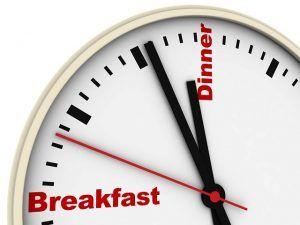 """Empezamos con el mito número 1 por excelencia predicado a lo largo y ancho de toda la comunidad fitness, y mi mito favorito.  La palabra """"timing"""" viene de tiempo entre comidas. Se cree a día de hoy que es necesario comer cada tres horas por varios factores:"""