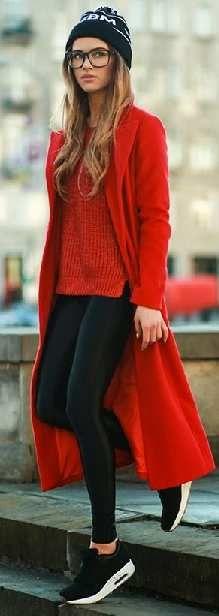 Kış Kombinleri Siyah Pantolon Kırmızı Kazak Kaşe Uzun Kaban