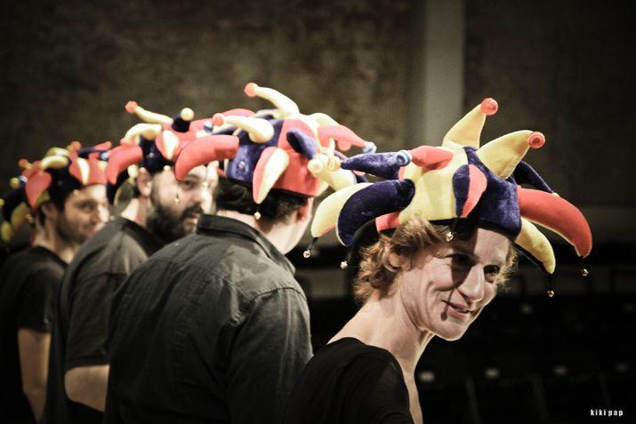 Το ΔΗ.ΠΕ.ΘΕ. Καβάλας φιλοξενεί στο Θέατρο Αντιγόνη Βαλάκου την ομάδα Επτάρχεια με την παράσταση Mistero Buffo, που θα παρουσιάσει την Τρίτη 1 και την Τετάρτη 2 Οκτωβρίου στις 9 το βράδυ, ακριβώς με τον τρόπο που επιθυμεί και ο ίδιος ο συγγραφέας του, χωρίς σκηνικά, κοστούμια, φωτισμούς.