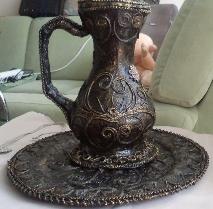 Кувшин-папье-маше, украшенный джутовой филигранью