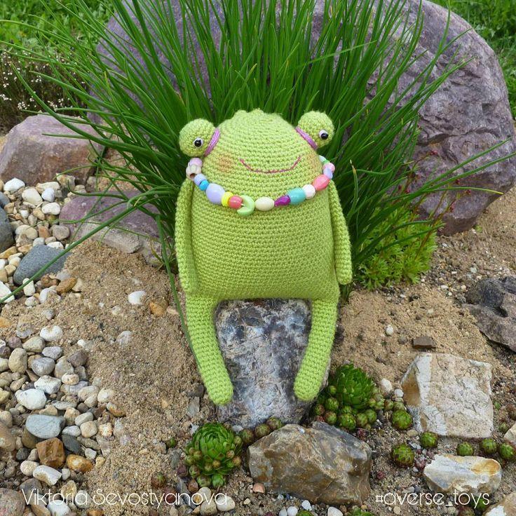 """Одна из моих первых лягушек-антистресс досталась дочке. Милослава очень ее любит,возит постоянно на дачу. Лягушке недавно сделали такие вот ярки бусы.К лету надо ж готовится,хочется яркого. Дочка просит сделать лягушке юбку, цвета """"как та бирюзовая бусинка""""😅 Опять бирюзовый😂 #хобби #хендмейд #рукоделие #ручнаяработа #авторскаяработа #авторскаяигрушка #подаркиручнойработы #подарок #вяжутнетолькобабушки #вязание_крючком #вязание #вязаное #вязаноекрючком #вязаныезвери #вязаныеигрушки #hobby…"""