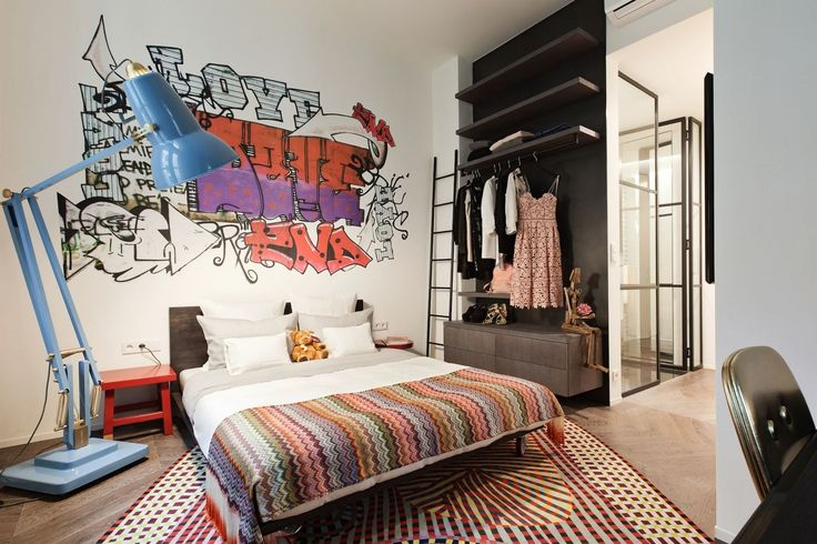 Tapetu s výrazným motivem graffiti v pokoji starší dcery lze snadno vyměnit.