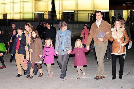 La Reina, los príncipes de Asturias y sus hijas, y la infanta Elena con Felipe y Victoria de Marichalar, juntos en el Circo del Sol - Foto 2