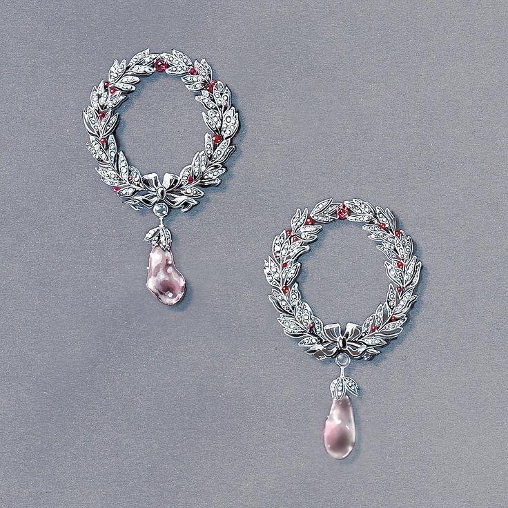Christmas wreath earrings Créoles couronne #earrings#highjewelry#design#personalwork#luxury#christmas#currentmood#jewelry#jewelryrendering#christmaswreath#gouachepainting#handpainted#winter#gemstones#precious#art#frenchdesign#inspiration#diamonds#jewelrydesign