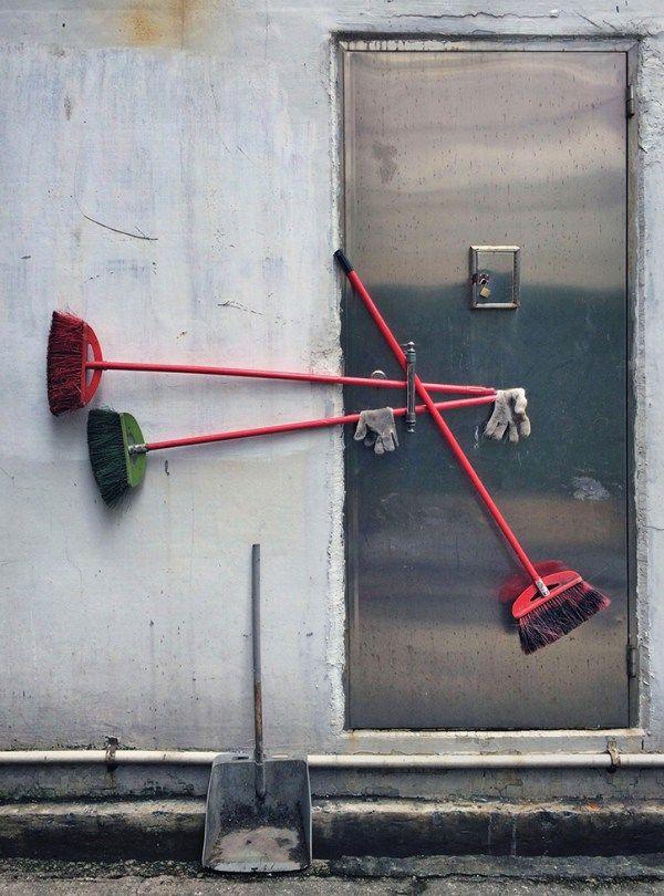 """Michael Wolf fängt in seiner Serie """"Informelle Arrangements"""" zufällige Skulpturen in Gassen von Hongkong ein."""