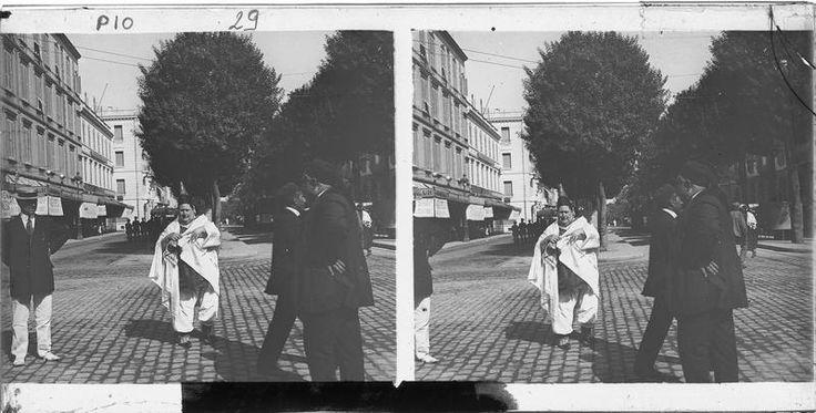 Tunis  Maisons  Façades sur rue animée avec juifs tunisiens au premier plan  1926-1930