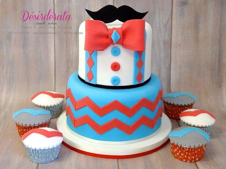 Gâteau à étages & ses cupcakes, décoration en pâte à sucre Tiered cake with its cupcakes, sugar paste decoration. #Désirdérata #gâteauxsurmesure #tailormadecakes #anniversaire #baptême #birthday #boy #garçon