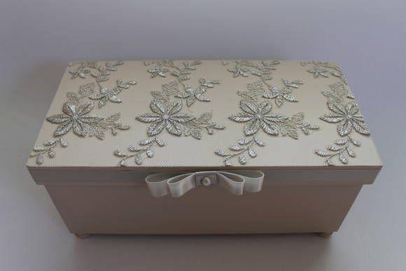 Uma linda caixa para presentear madrinhas e padrinhos de casamento.A  caixa é de mdf, pintada, com renda na tampa e acabamento com laço chanel de cetim e meia pérola. No interior da caixa podem ser colocadas 2 canecas com o logotipo ou a foto do casal. R$ 45,00