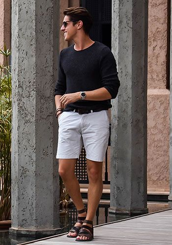 【夏】黒ニット×白ショーツ×グラディエーターサンダルの着こなし(メンズ)   Italy Web