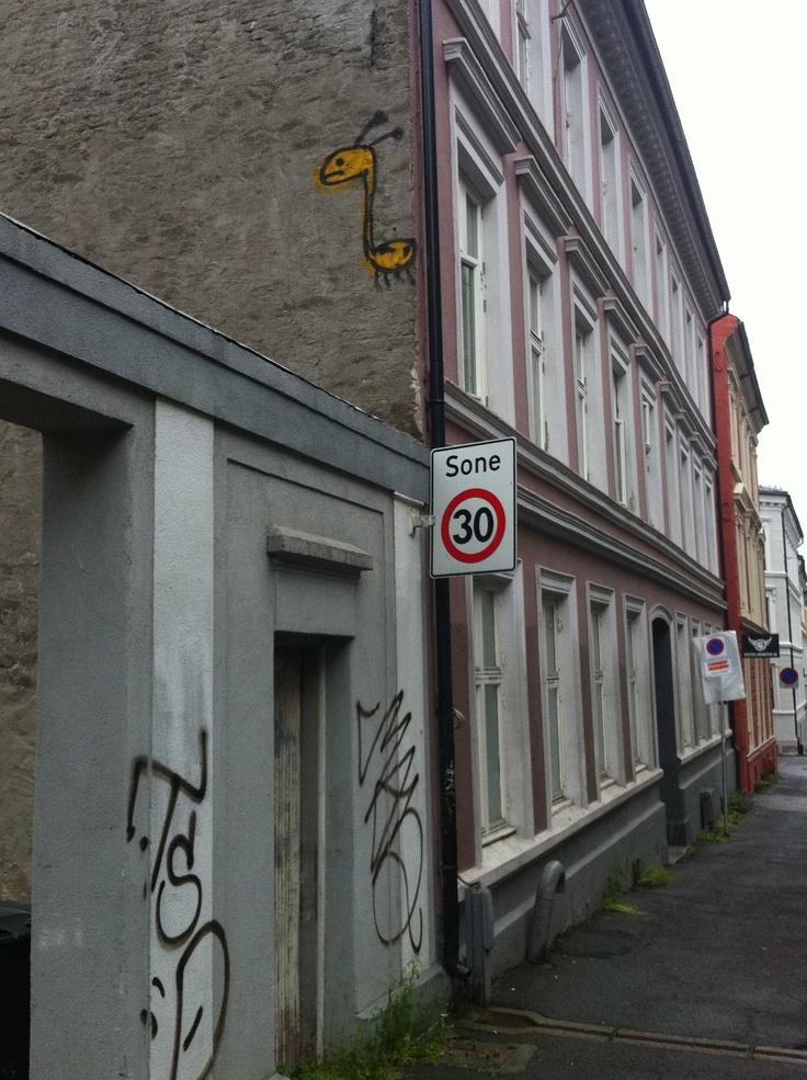 En av flere #giraffer som henger på veggene rundt om i byen. Denne er i #St.Olavsgate.