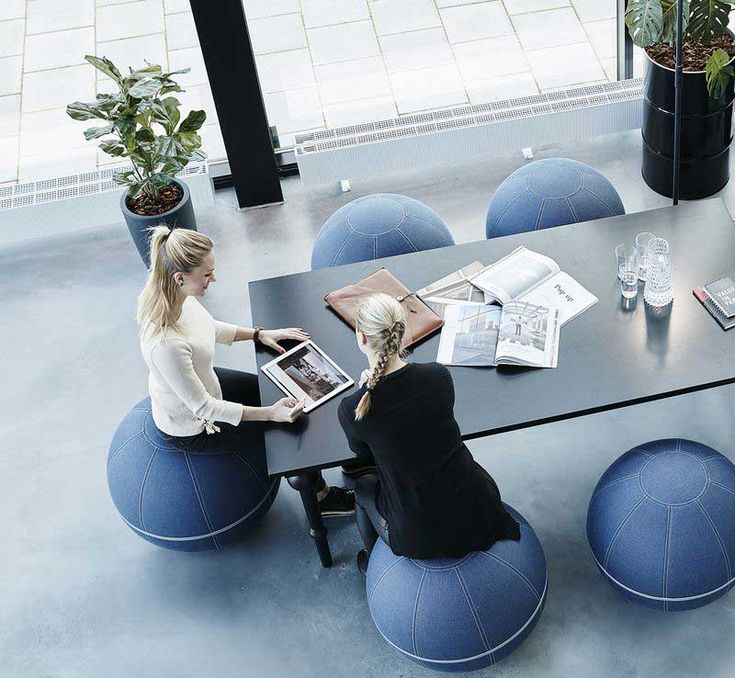 Un siège formidable et amusant pour le bureau, qui renforce les muscles de votre dos et de vos jambes et les maintient actifs lorsque vous travaillez.  Véritable solution d'assise dynamique l'Office Ballz est un ballon ergonomique haut de gamme assurant confort à chaque utilisateurs.  Solution idéale contre la sédentarité il se décline en 2 tailles, 55 ou 65 cm de diamètre.   #RH #IRP #QVT #RPS #qualitédevieautravail #Egalitepro #Pénibilité