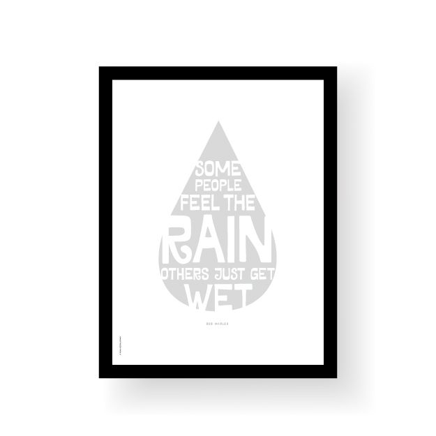 "Sitat av Bob Marley.""Some people feel the rain, others just get wet"".Format 30 x 40 cmTrykket på 220 g ubestrøket papir.Leveres uten ramme.Quote from Bob Marley.""Some people feel the rain, others just get wet"".Poster size 30 x 40 cmPrinted on 220 g uncoated paper.Sold without frame."
