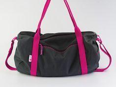 """Nastja von DIY Eule zeigt Dir, wie Du diese coole Dufflebag-Sporttasche nähen kannst. Eine tolle Tasche in Rollenoptik, in die alles reinpasst: Turnschuhe, Sportzeug, Handtuch und co. Der """"Oh, das hast Du selbst gemacht?""""-Effekt ist garantiert."""