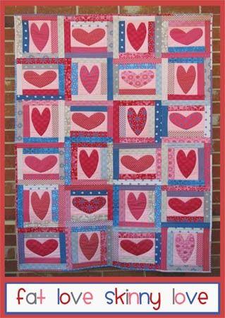 """Liefde komt in alle vormen en maten. Wie zich ooit nestelt onder deze quilt zal zeker alle liefde voelen. Deze quilt gebruikt de """"quilt as you go"""" en onzichtbare machine appliceer technieken.  Maat: 107 cm x 160 cm"""