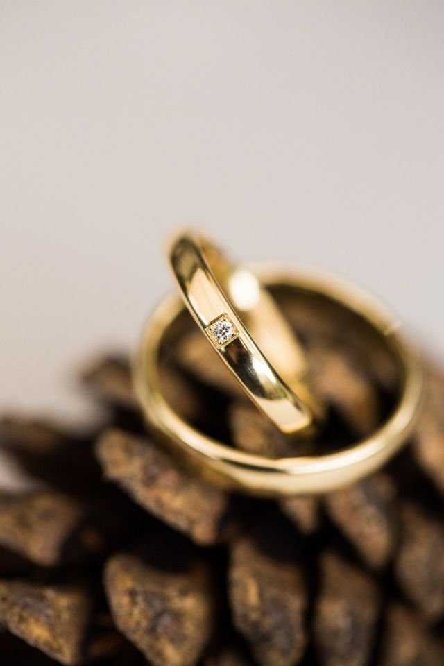 #trouwringen #goud #diamant #trouwen #bruiloft #inspiratie #wedding #inspiration Trouwen met een klassiek thema | ThePerfectWedding.nl | Fotocredit: Anouschka Rokebrand Photography