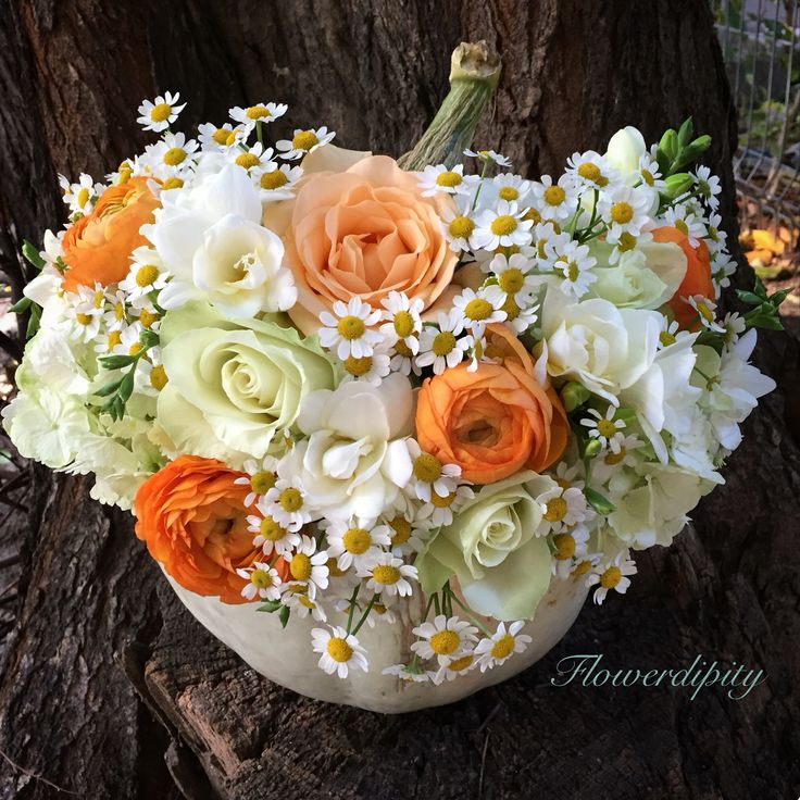Hallowdipity pumpkin #flowerdipity #happy #Halloween #flowers #pumpkin #roses #ranunculus