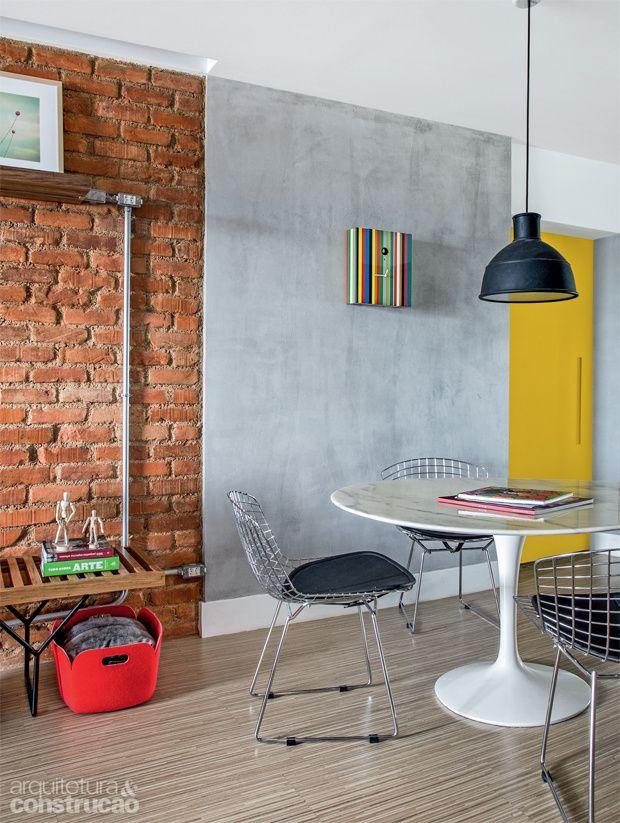 Os arquitetos cariocas Thiago Tavares e João Duayer são donos de um traço limpo e básico. Confira os revestimentos usados por eles na sala abaixo.