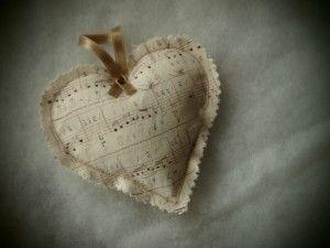 Szív kottás textilből