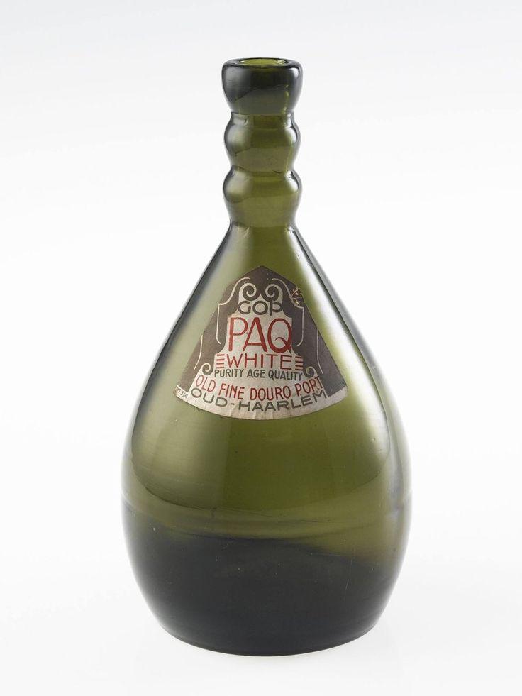 In de jaren 1910 begint Jacob Jongert (1883-1942) met het maken van ontwerpen voor de drankenproducent Wed. G. Oud. Krantenadvertenties, flesetiketten en vanaf 1920 ook flessen. Jongert was van mening dat mooi vormgegeven reclame en gebruiksvoorwerpen de kunst dichter bij de mensen bracht. Hij maakte dan ook bijzondere flessen met opvallende halzen. Na het gebruik bleven het mooie objecten. De flessen werden uitgevoerd door de Vereenigde Glasfabrieken Schiedam.