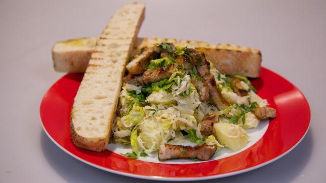Zuurkoolsalade met gegrild spek en mosterd-crème fraîche - recept | 24Kitchen