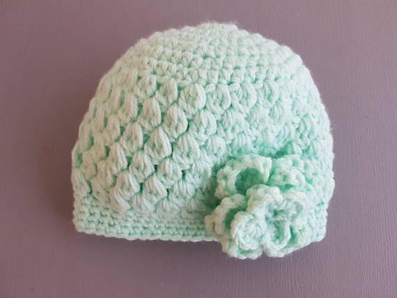 Sombrero lindo bebé, de material suave en diferentes colores Cuenta con una gran flor en el frente. Adecuado para un niño de 0-3 meses. ¡Agradable y cálido! Todos mis artículos son fabricados en un ambiente libre de humo.