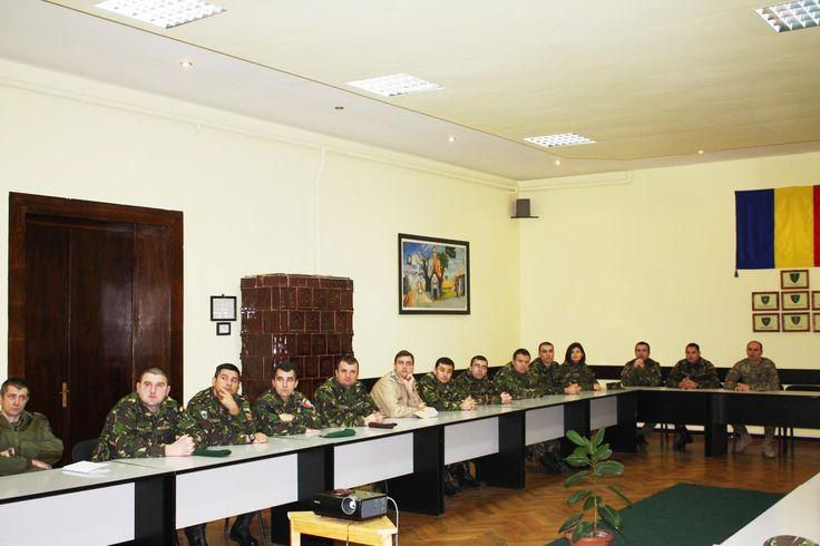 """VIZITĂ DE INFORMARE-DOCUMENTARE LA BRIGADA 2 VÂNĂTORI DE MUNTE • În data de 23 noiembrie 2015, la sediul comandamentului Brigăzii 2 Vânători de Munte """"Sarmizegetusa"""" din Braşov a avut loc vizita de informare a cursanţilor de la Cursul de nivel tactic (Brigadă multinaţională – Brigade Staff Officer Course) din cadrul Universităţii Naţionale de Apărare """"Carol I"""""""