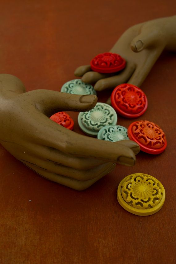 lot of 8 vintage bachelite buttons. retro style. c. di Daedaleum