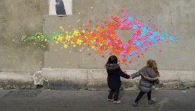 www.mademoisellemaurice.com  Tijdens een jaar in Japan werd de 29-jarige Franse Mademoiselle Maurice gegrepen door origami. Sindsdien vrolijkt ze openbare ruimtes over de hele wereld op met haar prachtige kunstwerken die bestaan uit allemaal gevouwen papiertjes in verschillende kleuren. Haar kunstwerken zijn altijd tijdelijk, dus je hebt geluk als je er eentje treft.