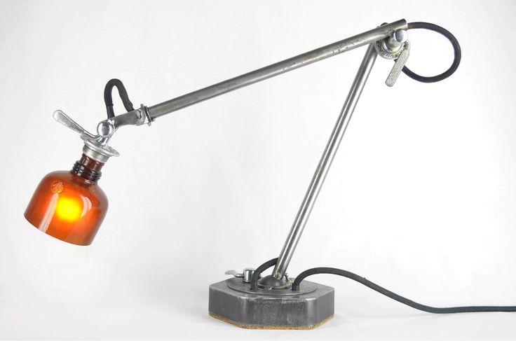Uplux   TECTÓNICAblog  Las lámparas de Uplix son piezas únicas con un diseño original y fabricación muy cuidada. Los mecanismos de la lámpara se toman de ruedas de bicicletas mientras que las tulipas son botellas de vidrio recicladas que se cortan pulen y se pulen con arena por el interior para crear un efecto luminoso suave.  El proceso de construcción de estas lámparas y el origen de sus materiales pertenecen a la ideología de Upcycling ahorrando energía en la cadena productiva:  desde la…