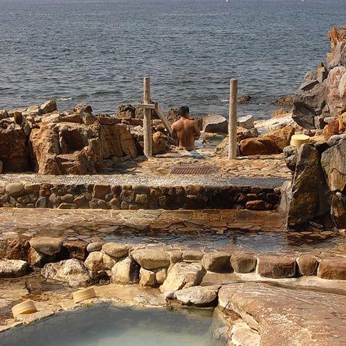 関西での有数の絶景露天風呂がこちら白浜温泉の共同湯の「崎の湯」 温泉も源泉かけ流しで、この眺望。たまりませんよ。 ただ、波が高い時は入浴禁止となりますので、ご注意を。