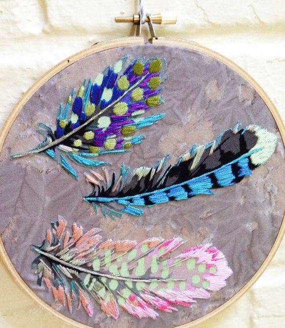Arte del aro de plumas cayendo lentamente  aro de 6    Mano bordados detalles agregan un poco de originalidad a este aro de pluma. Plumas de la línea de plumas de Farmington de Martha Negley han sido appliquéd en un telón de fondo de un batik Moda. Delicadamente sobrio colores de azul, púrpura, rosado, melocotón, verde y gris han sido bordadas en las plumas. Este aro cuelga del hilo de yute. Una adición perfecta a su naturaleza inspirada decoración.    Estos aros han sido creados por mi amor…