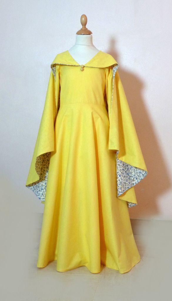 """Une robe-cape inspirée par le costume du personnage de Marguerite dans le spectacle du Puy du Fou intitulé """"Le Secret de la Lance"""". Afin de rester dans un budget raisonnable (c'est à dire pas 150€), j'ai modifié la forme et les découpes du costume d'origine..."""