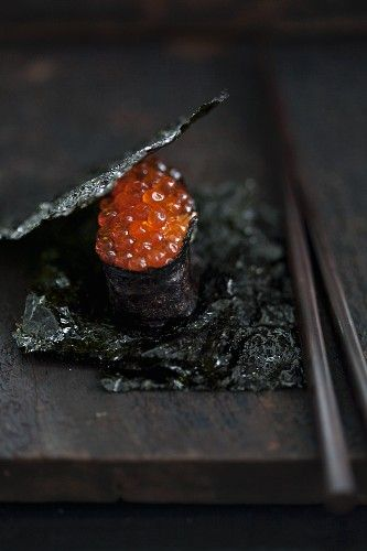 Maki sushi with salmon roe between sheets of salty nori (Japan)